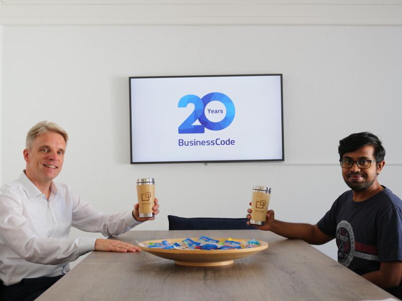BusinessCode CEO Martin Schulze und Mitarbeiter Srinivas Nandagudi präsentieren die neue Küche